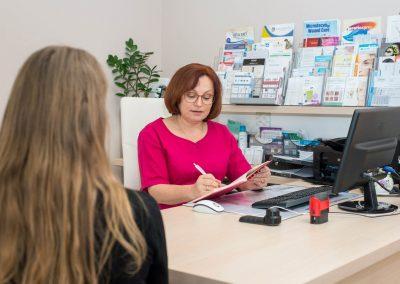 konzultacia-s-klientom-klinika-esthederm-BB